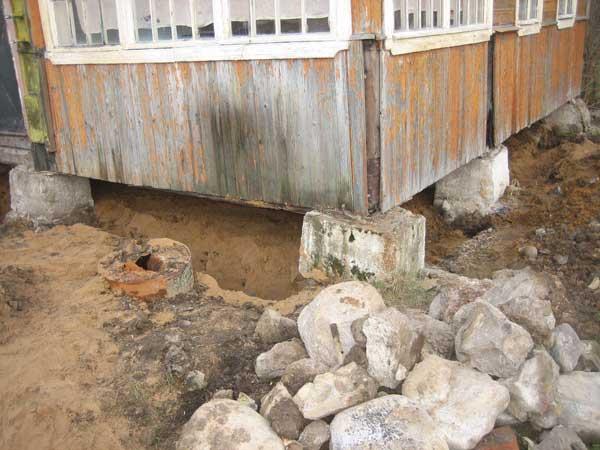 Как поднять дом на фундамент?