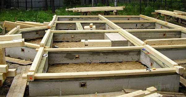 Как правильно выбрать фундамент для дома, причины его деформации и на что стоит обратить внимание при покупке.