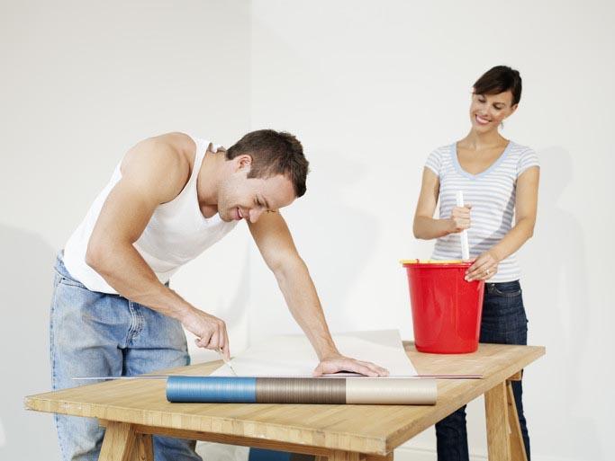 Как правильно поклеить обои на стены. Поклейка обоев в квартире и в доме.